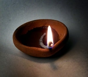 Méditer sur la flamme d'une bougie